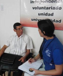 Un miembro del equipo del JRS ayudando a unos beneficiarios