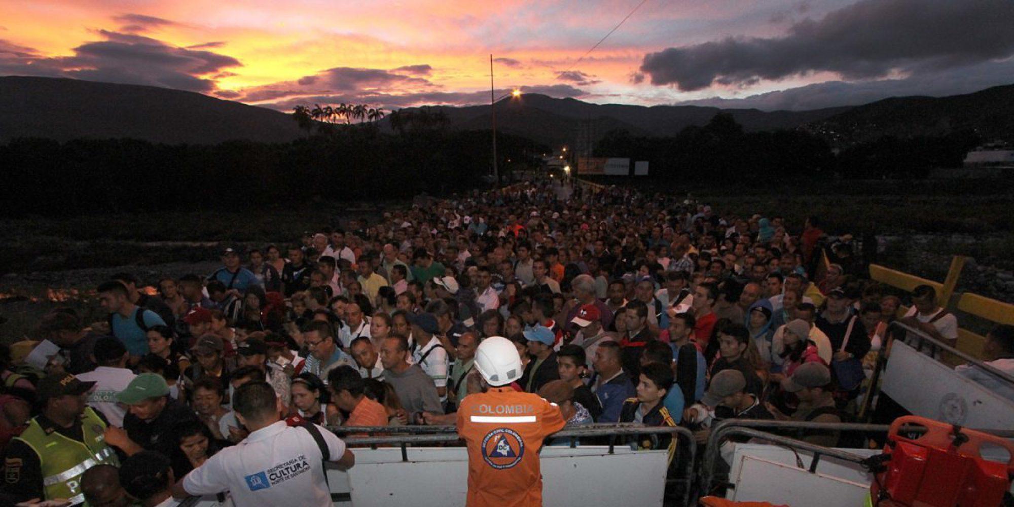 Personas cruzan la frontera entre Venezuela y Colombia.